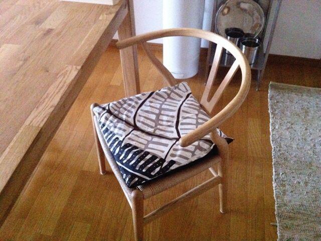 我が家のYチェアを守るシートクッション - ゆとりずむ。 IKEAの布で以前手作りしたものをカバーにして置いてみました。
