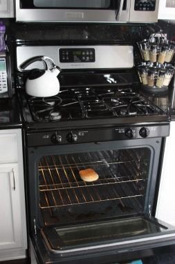 Cute way to surprise someone with your pregnancy news -- bun in the oven!Announcements Pregnancy Ideas, Announcements Prego, Pregnancy Announcements To, Families Picnics, Announce Pregnancy, Pregnancy News, Buns In The Ovens, Helpful Check, Funny Baby