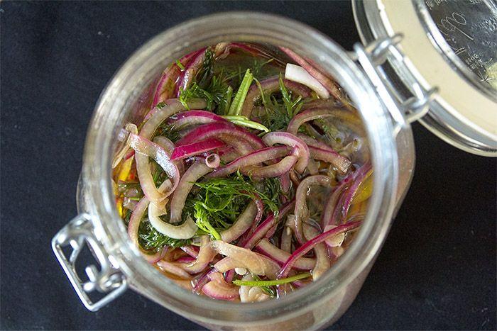 Marinoitu punasipuli on helppo ja nopea herkku, joka sopii lisukkeeksi moneen. Meillä sipuli oli osana salaatti buffettia, mutta voit tehdä näitä myös esimerkiksi burgerin väliin tai vaikka lihan kaveriksi nyt pääsiäisenä. Yhtään huono lisä ei ole punasipulin kaunis väri! Tarvikkeet: 2 punasipulia 1 dl punaviinietikkaa ripaus suolaa 2 tl hunajaa tai muuta makeutusta 2 dl …