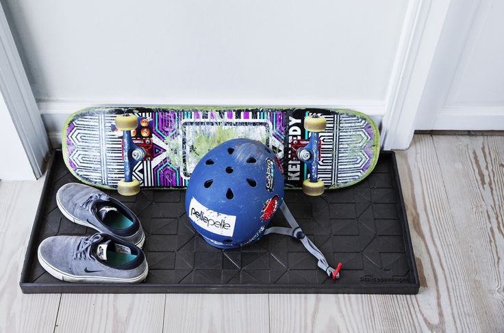 Boot tray Graphic Design 88 x 38 cm. made from 60% recycled rubber. #boottray #shoetray #boots #shoe #care #tidy #order #entrence #ideas #livingwithkids #cleanfloors #bootsupport #black #skater #helmet #sneakers