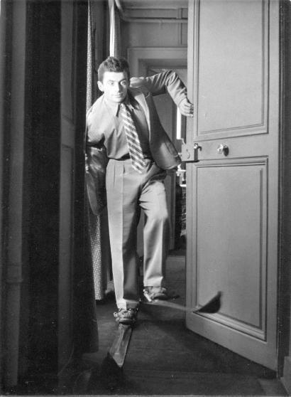 Robert DOISNEAU (1912-1994) Maurice Baquet (1911-2005) chaussé de skis dans un appartement, vers 1939.