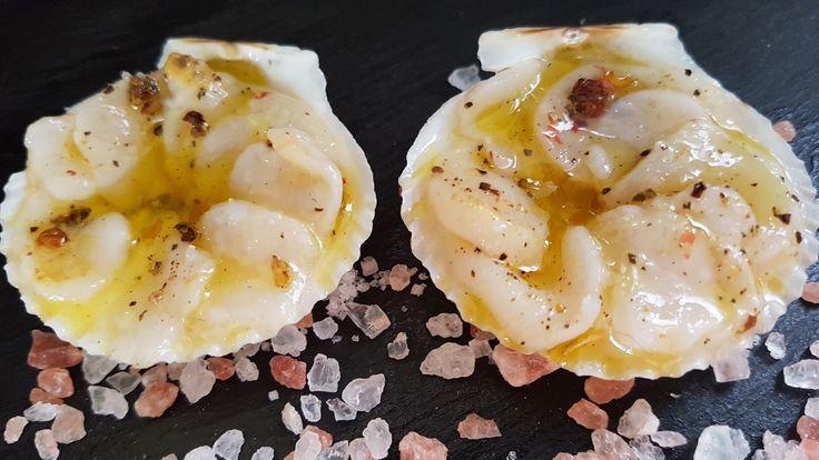 Carpaccio de st Jacques dans sa coquille  Ingrédients pour 2 mini coquilles  2 st Jacques sans corail  1/2 jus de citron vert  1/2 cuillerée à café de 5 baies et de baie rose concassées  1 cuillerée à soupe d'huile d'olive  De la fleur de sel Poivre.