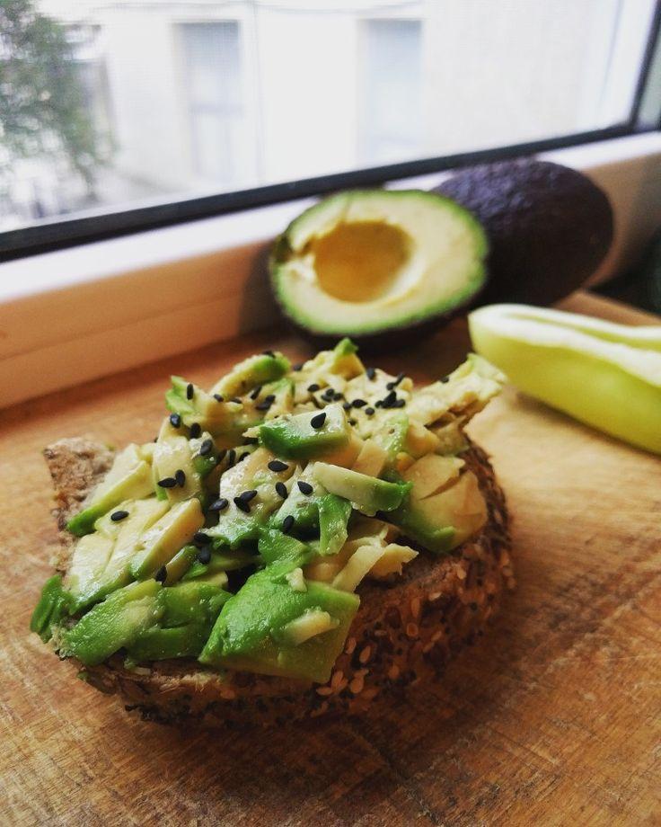 Un sandvis cat de poate de simplu si rapid :) - paine integrala cu seminte ( floarea soarelui, in, susan) - avocado - seminte de susan negru + ardei gras ❤️