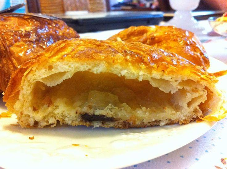 A Chantilly, la boulangerie des Délices Cantiliens vous invite à déguster des pains au chocolat blanc, aux fruits rouges ou même au chocolat-ananas! C'est délicieux et innovant, ça vous tente? Adresse: 5 Avenue du Maréchal Joffre, 60500 Chantilly
