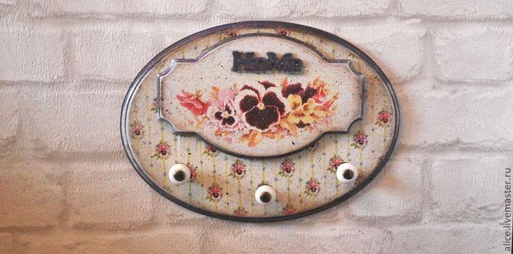 Купить или заказать 'Забытые фиалки' вешалка в интернет-магазине на Ярмарке Мастеров. Вешалка для кухонных полотенец, фартука и прихваточек! Возможно изготовление других элементов в этим же дизайном.