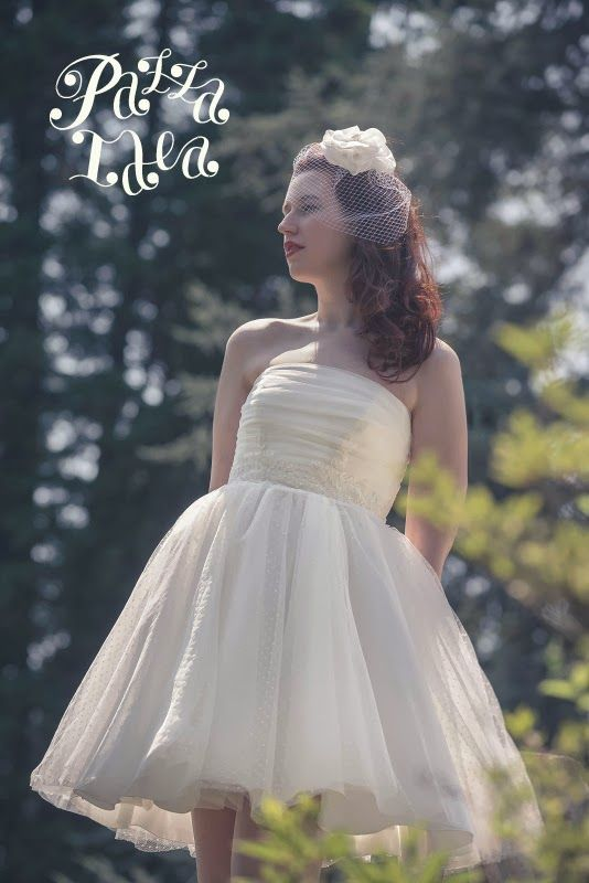 Abito da sposa corto a pois, tocado con veletta. #weddingdress #bride