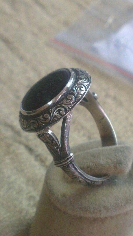 Siyah oniks uzerinde eshab.i keyf kazınmış antika taş  osmanlı kasa yüzük
