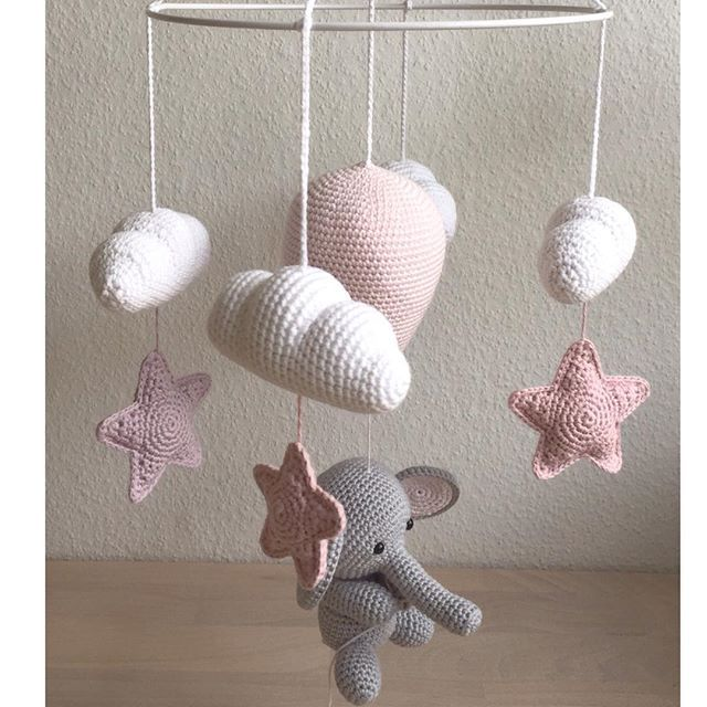 Uro til en lille pige☁️⭐️#hækle #hæklet #hækling #crochet #crocheting #chrochetaddict #virka #virkning #amigurumi #luksusbaby #babyshower #babystuff #babygirl #tingtilbaby #babymobile #babyuro #hækleturo #crochetbabymobile #babyværelse #dekoration