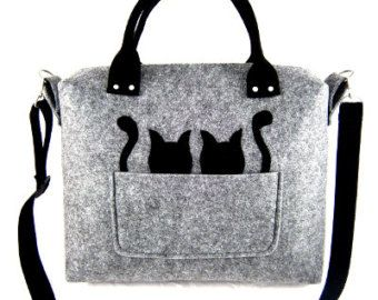 La borsa è stata effettuata in feltro stabilizzato. Spessore di feltro è 0.16/ 4mm, quindi il sacchetto di mantenere la sua forma. Da portare in mano e a tracolla. Davanti sacchetto cè una tasca e gatto nero originale. Allinterno ci sono due tasche. La borsa non ha una fodera. La borsa ha chiusura a calamita.  Dimensioni: -Larghezza: 31 cm/12  -Altezza: 41 cm (16 -lunghezza del titolare: 55 cm (21,5 -larghezza della base: 6,5/ 16 cm  Questo articolo sarà spedetto a voi entro 1-3 giorni dopo…
