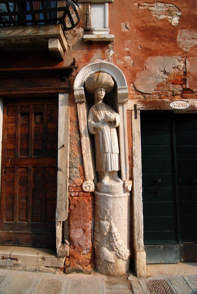 Venezia, in the Campo dei Mori (Mastelli brothers sculptures 1/4)