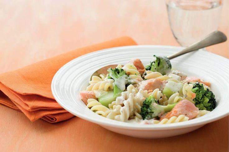 Kijk wat een lekker recept ik heb gevonden op Allerhande! Pasta met broccoli en zalm in romige saus