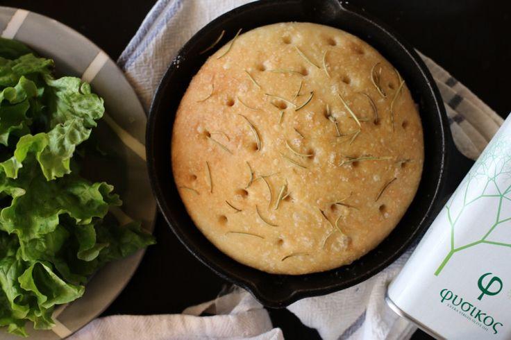 寒い時期には温かい煮込み料理をつくる機会も増えますよね。 温かいシチューやスープのサイドダッシュにピッタリな美味しいフォカッチャをご紹介します。 スーパーやコンビニで買えるパンは添加物まみれ?! 例え食パンやバゲットなどのシンプルなパンでも後ろの表示には添加物がズラリ… 添加物が少ないパンでも、小麦粉とは一体どこのもの?農薬は?遺伝子組み換え小麦では? と安心して食べられるパンって少ないのが現状… 夕食に合わせるテーブルパンが欲しいけど、これじゃ手が出ない… でもパンを焼くのは長い時間捏ねたり、台に叩きつけたり、そんな時間や労力をかけたくない。 そう思いますよね。 でも、スプーンで混ぜるだけで生地が完成しちゃうとしたら? お家で焼けば焼きたてアツアツをすぐに食べられますよ。 イタリアではとてもメジャーなパンで、材料も作り方もとってもシンプル! もちろん砂糖、乳製品、卵は必要なし。 シンプルだから粉とオリーブオイルの美味しさが際立ちます。 捏ねない、放ったらかしでも美味しいフォカッチャの作り方 《材料・スキレット2つ分》 ◯国産有機強力粉 ・・・250g ◯岩塩 ・・・5g…