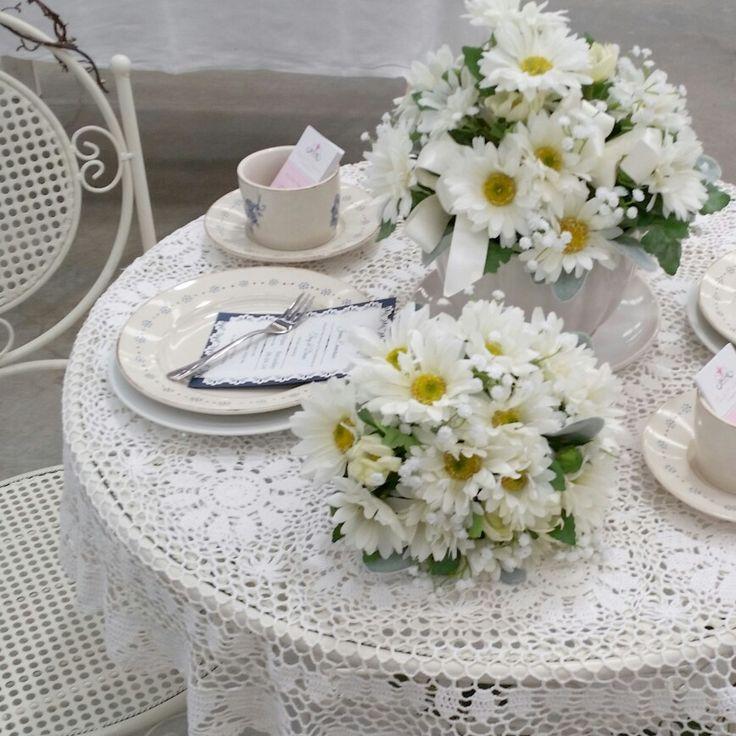 Daisy table setting