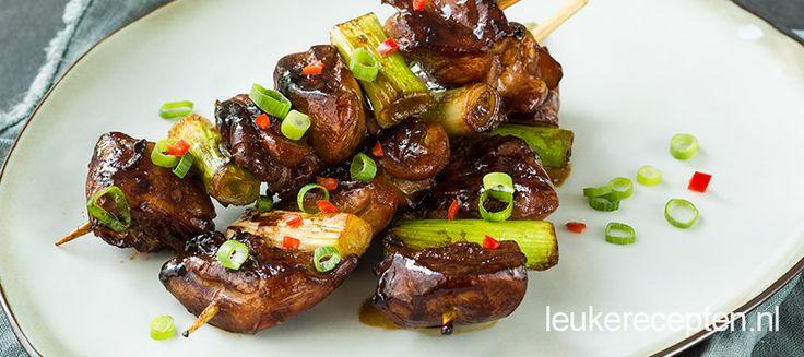 Aziatische gegrilde spiezen van kip in een lekkere marinade en bosuien