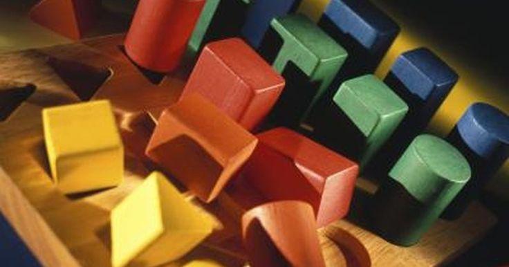Cómo calcular la superficie de un prisma rectangular. La superficie de un prisma rectangular consiste en seis rectángulos bidimensionales. Los rectángulos consisten en tres pares de formas. Dos de ellas tienen un área equivalente al ancho del prisma multiplicado por su longitud. Dos de ellas tienen un área equivalente a la longitud del prisma multiplicado por su altura. Las superficies de los dos ...