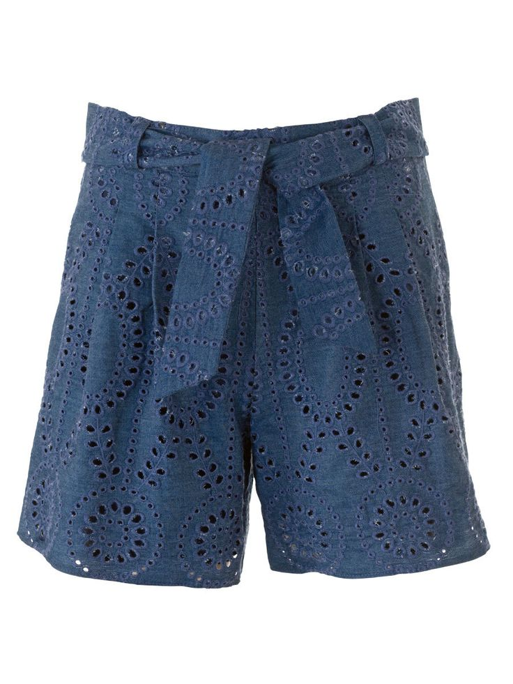 burda style, Schnittmuster, Shorts 05/2016 #102A, Cooler Kontrast: Lochspitze verleiht den sportlichen Shorts mit Bundfalten, Stoffgürtel und Zierpattentaschen einen eleganten Touch.