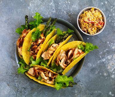 Laxtaco med grillad sparris och majs och lökkräm