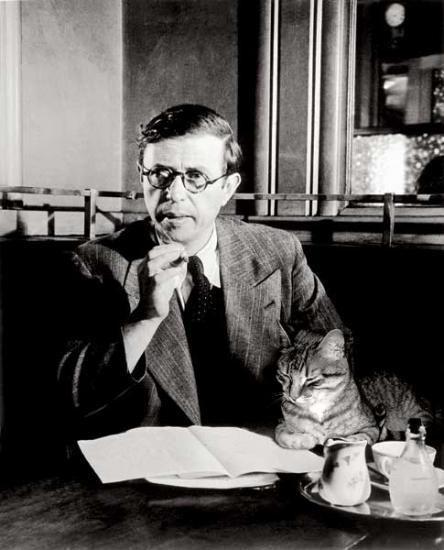 """The cat was added to the photo! """"L'existentialisme est un chat Schnitzel"""" -  """"Jean-Paul Sartre prend Leonid en affection. Ils vivront avec Simone de Beauvoir à Saint-Germain-des-Près. Le chat sera surnommé le """"porte-bonheur"""" car il serait le déclencheur du grand succès de l'intellectuel. L'existentialisme sera très bientôt sur toutes les lèvres."""""""
