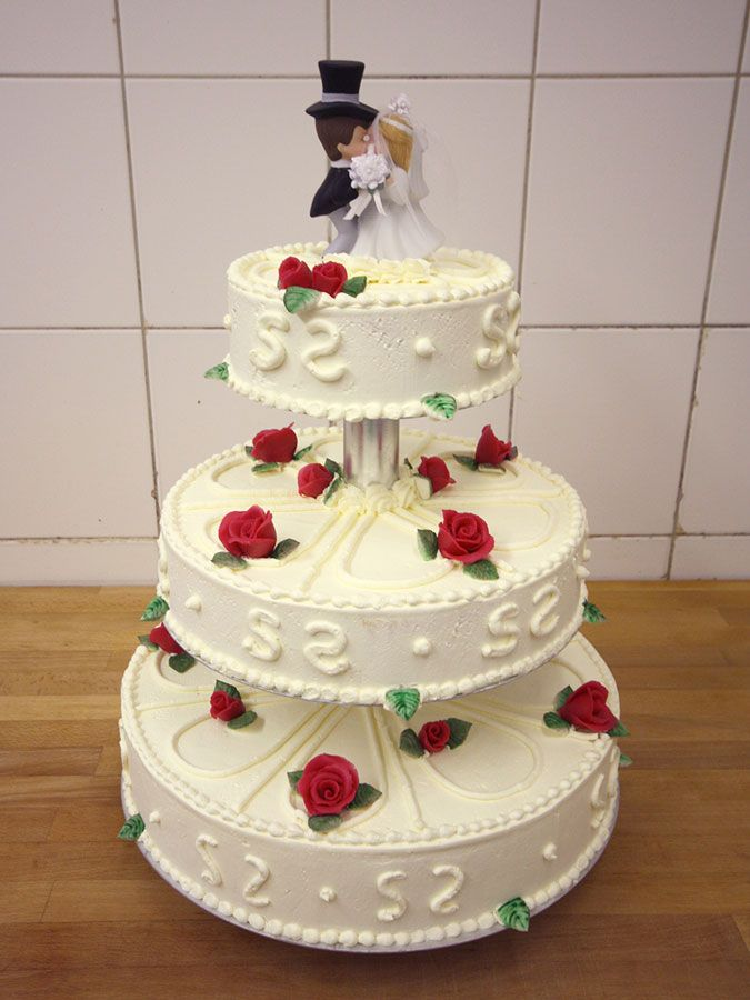 Tabler Torten. Hochzeitstorte 3-stöckig mit schönem Brautpaar.