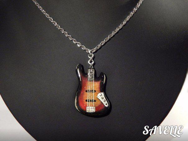 Кулон в виде копии винтажной бас-гитары Fender Jazz bass  знаменитого басиста Jaco Pastorius размером 4.3 см в длину,ручная роспись на керамической основе. крепеж-промышленная (заводская) сталь серебряного оттенка,классическая окраска-3 tone sunburst,очень глянцевое покрытие.