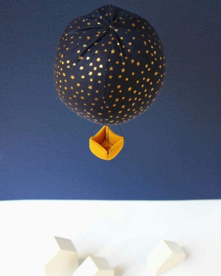 Mobile montgolfière bleu nuit, doré, jaune  Déco pour chambre d'enfant par la marque Mininelle  Fait main, made in France