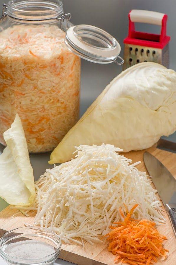 Квашеная капуста. На 4-х литровую банку: 4-4.5кг капусты в кочанах 350-400г моркови соль - по вкусу сахар - пара больших щепоток, но скорее всего, что тоже по вкусу на 1 кг капусты 17 грамм соли