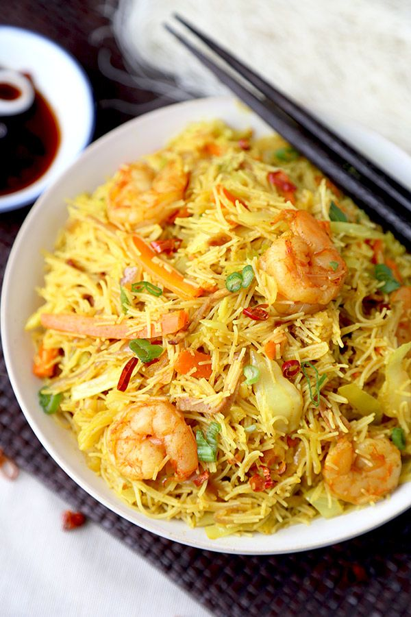 Singapore Chow Mei Fun - This is a simplified and better than takeout Singapore chow mei fun recipe your whole family will love. Ready in 20 minutes from start to finish! Noodles, easy, Chinese food | pickledplum.com