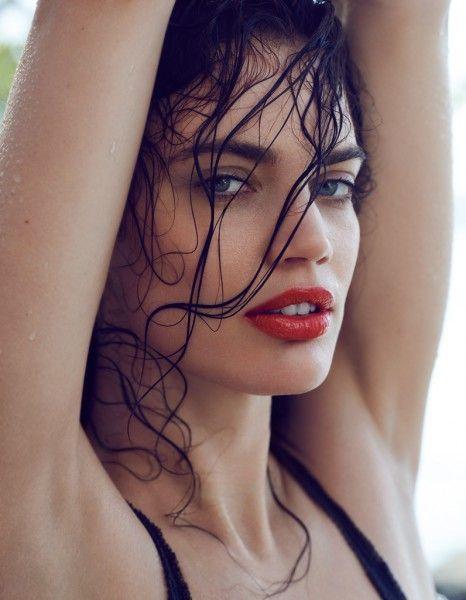 Des cheveux mouillés, un corps huilé, une peau dorée… Nos onze essentiels pour la hot saison et les conseils des professionnels pour les adopter. http://www.elle.fr/Beaute/Maquillage/Tendances/Les-11-commandements-beaute-qui-feront-notre-ete