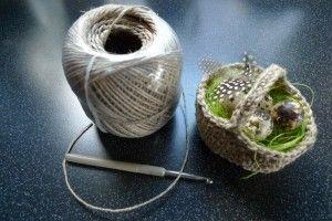 Körbchen aus Paketschnur (für Eier zu Ostern, für Eicheln im Herbst?)