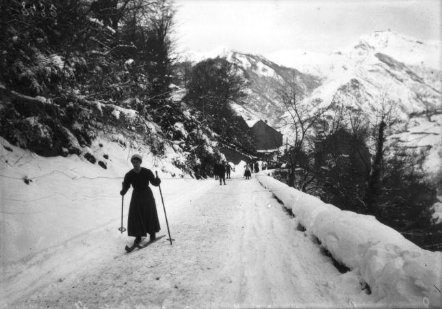 Eaux-Bonnes (Pyrénées-Atlantiques), 22 janvier 1910, course de dames (ski de fond, Grande semaine des Pyrénées, du 21 au 24 janvier) | Photographie de presse : Agence Rol