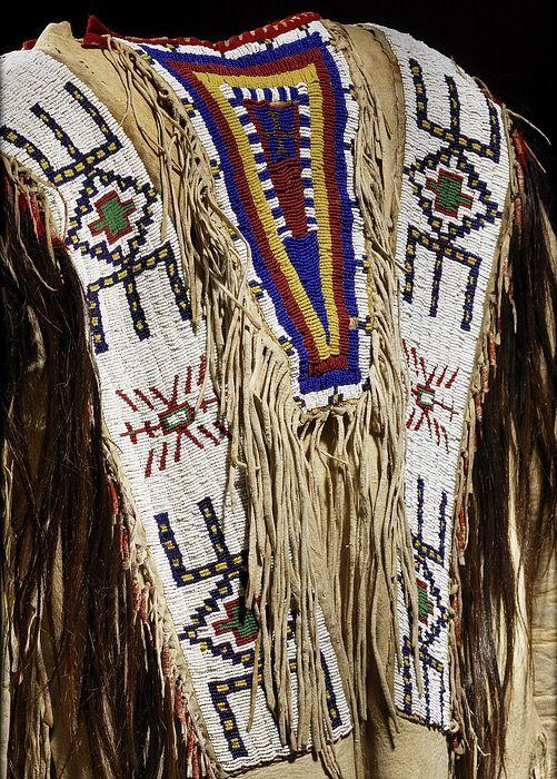 Рубаха, Лакота. Деталь. Размер 43 х 64 см. Южная Дакота, период 1860.  Коллекция William Randolph Hearst (1863-1951, газетного магната и коллекционера; приобретена MAI в 1940 году. NMAI.