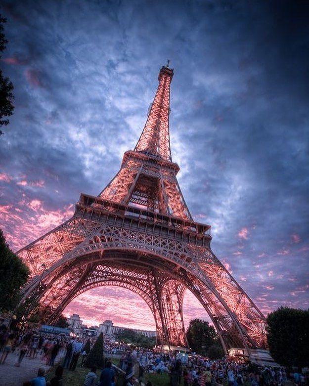 • Paris – Francia • • El símbolo de Francia, la famosa Torre Eiffel se ub…