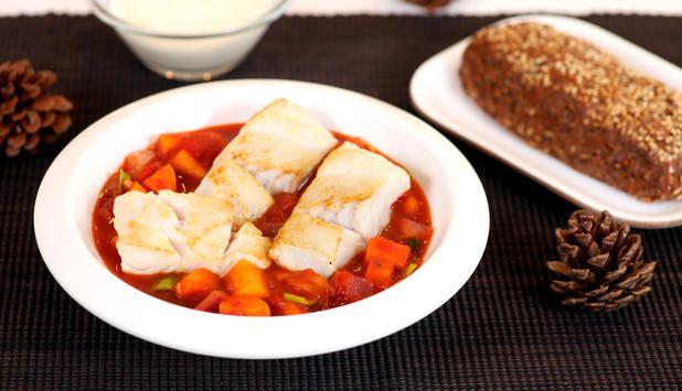 En varm fiskegryte med steinbit er noe ingen kan si nei til. Grønnsakene kan varieres etter årstid og i denne oppskriften finner du høstens grønnsaker.