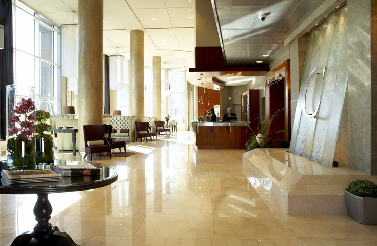 Notre lobby lumineux vous souhaite la bienvenue!  Our lobby full of natural light welcomes you!