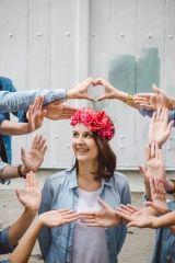 Fotograf EVJF Angers: Flower Headbands & Haka auf dem Dach