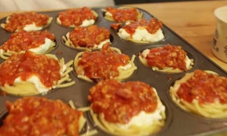 Hij+doet+spaghetti+in+een+cupcake+vorm.+Wanneer+hij+de+vorm+uit+de+oven+haalt+krijg+ik+echt+honger!+Lekker!