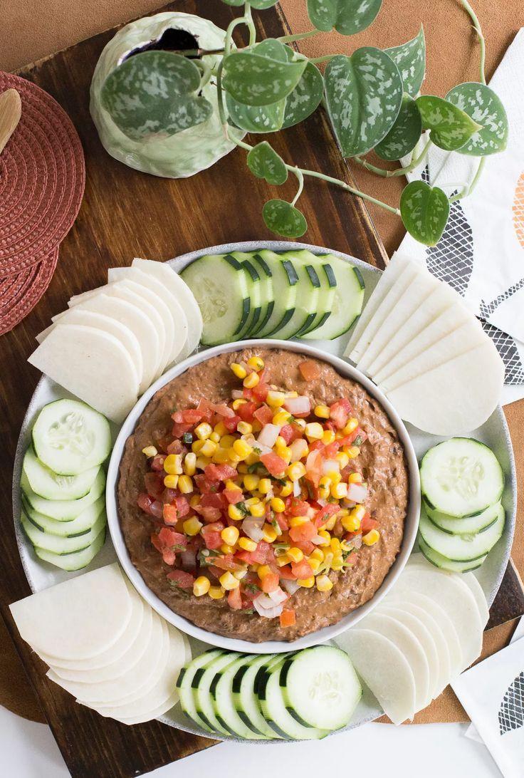 Hummus de porotos negros con pebre con choclo, pepinos y jicama. Picoteo saludable y fresquito. Patrocinado por BUSH'S Beans. #ad