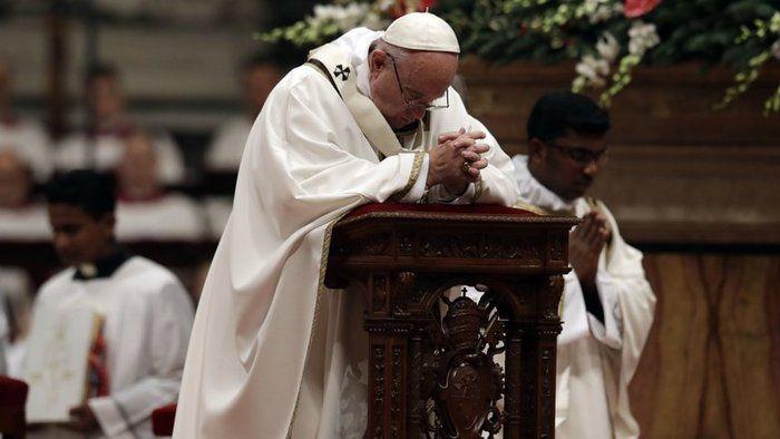 Pápež František počas polnočnej omše v Bazilike Sv. Petra vo Vatikáne.