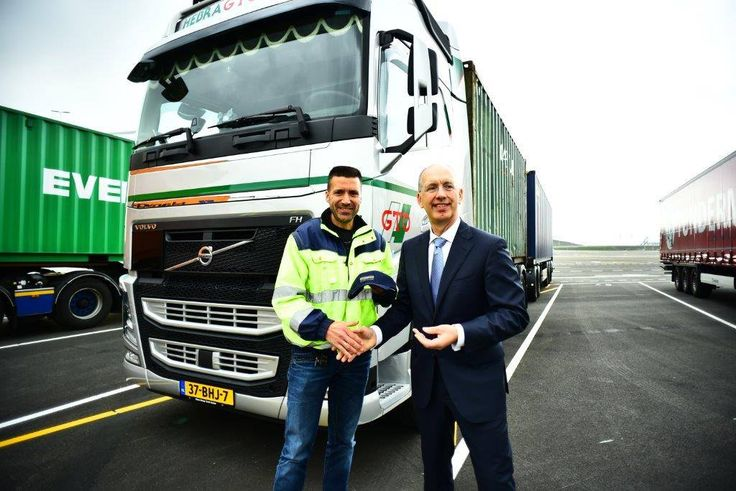 May 3rd truckparking Maasvlakte Plaza openend. Mr. Ronald Paul (C.O.O. port of Rotterdam) welcomes first drivers.All drivers of Hebragto are welcome to use facilities gates open automatically by using Cargocard foto: Danny Cornelissen
