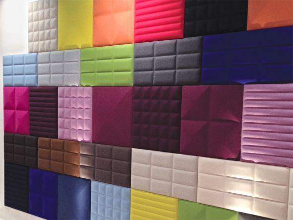 Pssst! Die farbenfrohen Wandpaneele sind mit mehrschichtigem Öko-Filz bezogen, der geräuschreduzierende und -absorbierende Eigenschaften hat.