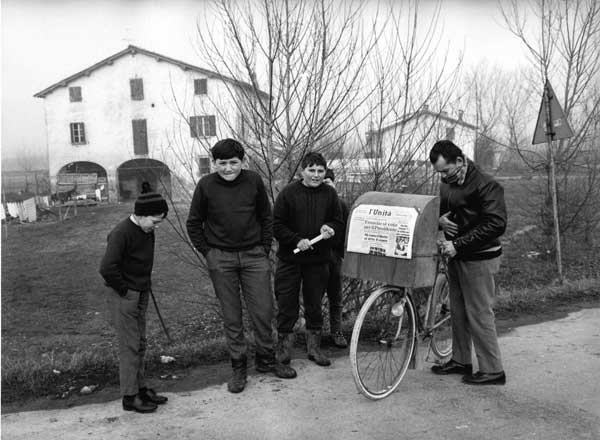 1975. Mario Dondero Il diffusore de L'Unità