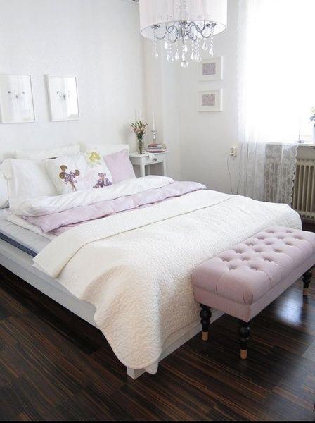 sovrum,takkrona,överkast,kuddar,säng