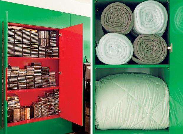 De um lado, CDs e DVDs. Do outro, roupeiro. Projetado pela arquiteta Nara Grossi, da Gema Arquitetura, este armário organiza e divide o ambiente. Cada lado tem sua profundidade: 30 cm para os discos, 45 cm para mantas e edredom, da Mundo do Enxoval. Quem  (Foto: Edu Castello)