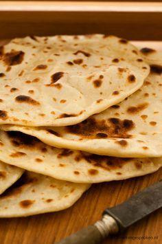 Plat brood - Traditioneel brood van bloem, yoghurt een snuf zout en gebakken in een koekenpan. Simpel, snel en erg lekker.