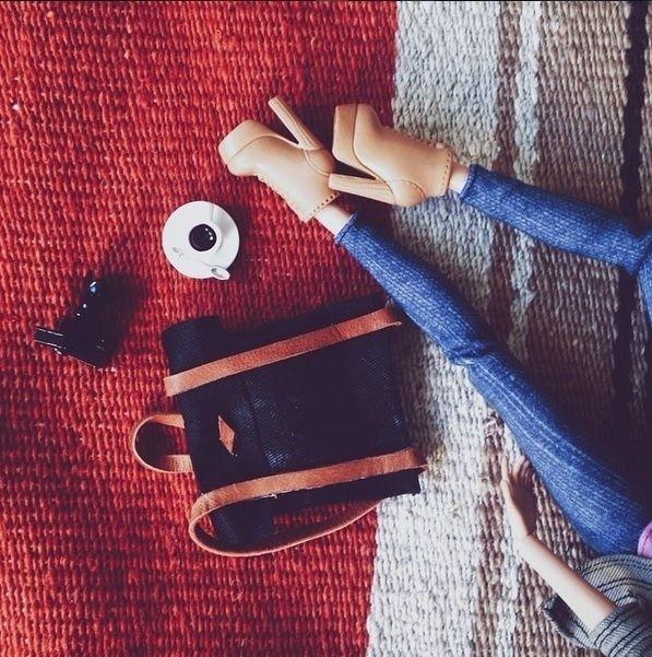 O guarda-roupa cheio de modelos alternativos, mochilas e até o gorro de lã são tão autênticos quanto os cenários escolhidos pela fotografa. Em entrevista à revista Wired, ela confessou que usa recursos de Photoshop em poucas imagens e geralmente quando não tem tempo para criar uma boa produção