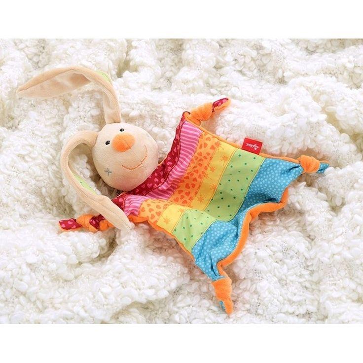 Konijnen tutteldoekje in regenboog kleuren. Speciaal voor de kleintjes, een zacht pluche tutteldoekje van het merk Sigikid in de vorm van een konijntje met een gekleurd lijfje. Formaat: ongeveer 28 cm.