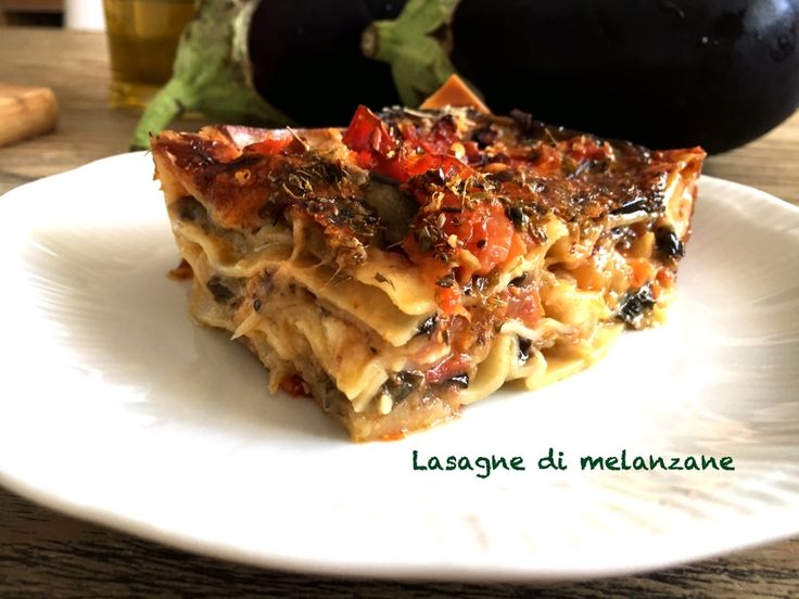 Lasagne di melanzane senza besciamella. Gustose e colorate, delle lasagne speciali, sebbene siano senza besciamella hanno un gusto davvero ottimo.