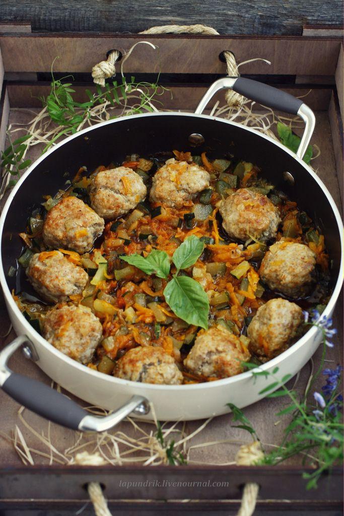 Тефтели с кабачками------------------------------ мясной фарш - 500 г яйцо - 1 шт. кабачки - 300 г лук - 50 г чеснок - 2-3 зубчика соль, перец чёрный молотый по вкусу для соуса: лук - 100 г морковь - 100 г кабачки - 300 г томатная паста - 50 г соль, перец чёрный молотый базилик