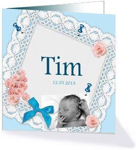 Lief geboortekaartje voor een jongen met de naam omlijst met kant en een eigen foto. Verder is de kaart versierd met roze rozen, spelden en leuke blauwe strikjes. Dit schattige geboortekaartje is te vinden in de geboortecollectie 'Kant'.