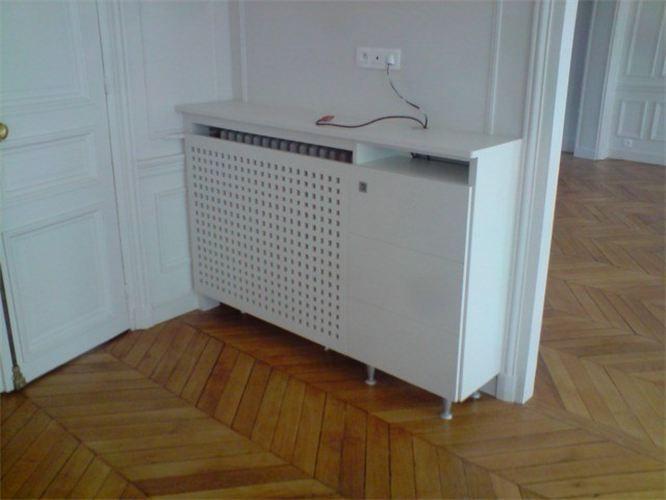 cache radiateur avec un caillebotis pour laisser passer la chaleur et un petit meuble une. Black Bedroom Furniture Sets. Home Design Ideas